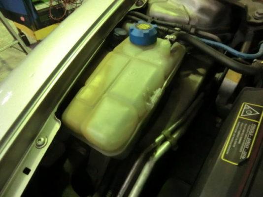 ほとんどの同型車に言えますが、リザーブタンクが劣化している事が多いです。目立つ場所に付いているだけに確実に交換をしたい部分です。