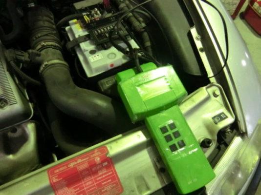 エンジンルームの劣化箇所の拾い出しの際に、充電回路のチェックも忘れてはいけません。