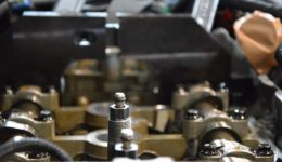 定期的に行う事でエンジンの調子を保てる作業<br>プジョー207GTバルブタイミングの調整