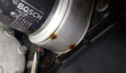 プジョー106はオイルクーラーからのオイル漏れ修理です。