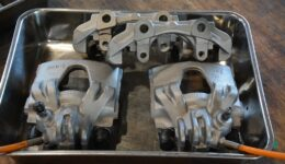 プジョー106S16 販売車両の整備の開始<br>ブレーキキャリパのリペア作業
