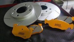 プジョー106のブレーキメンテナンス SessAパッドにスリットローターを組み合わせます。