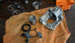 ブレーキキャリパのオーバーホール2台分<br>中古車販売車両の作業-3