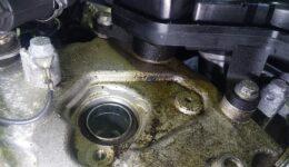 アバルトプントはエンジン上部のオイル漏れ修理です。