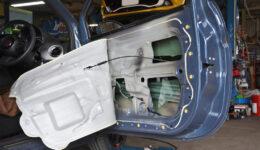 フィアット500でよくある症例<br>ドアの中からガタガタとビビリ音